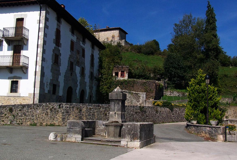Paseo Aldatz casas rurales muy grandes viajes para grupos de amigos y familias numerosas 20 habitaciones turismo rural en plena naturaleza en Arruitz en el norte de Navarra