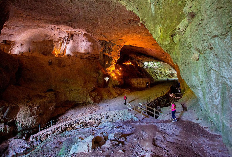 Cuevas Zugarramurdi casas rurales muy grandes viajes para grupos de amigos y familias numerosas 20 habitaciones turismo rural en plena naturaleza en Arruitz en el norte de Navarra